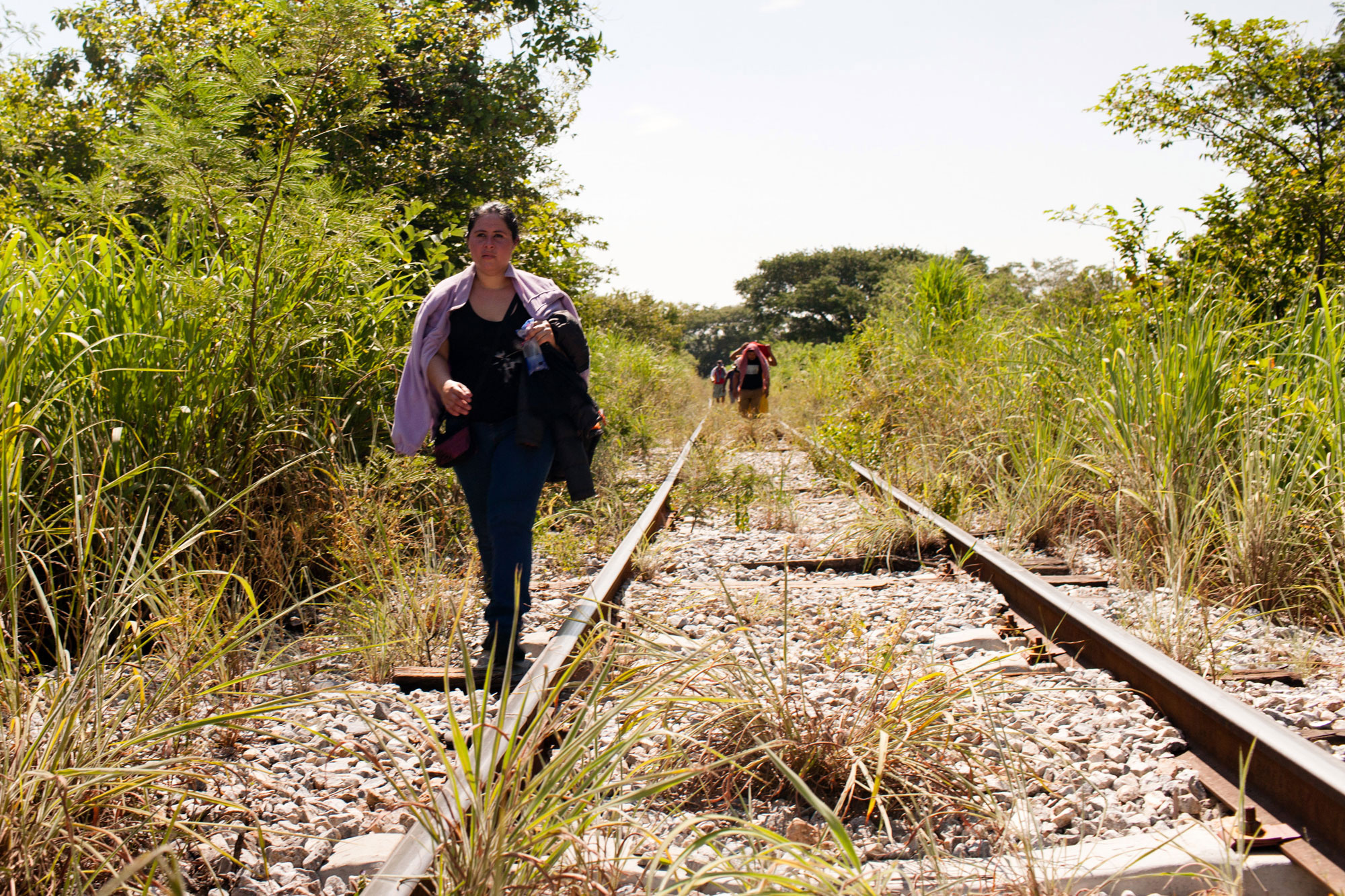 In Chiapas, Mexico, a woman from El Salvador walks along the train tracks hoping to reach the United States. UNHCR/Markel Redondo