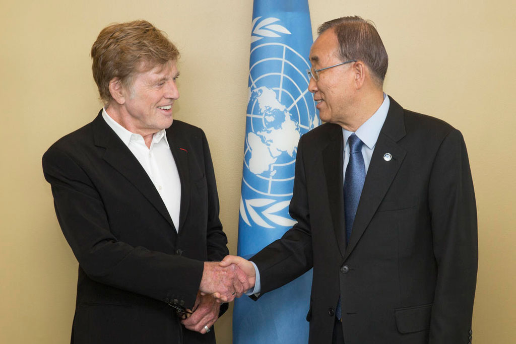 On the sidelines of the General Assembly meeting, Robert Redford meets  Secretary-General Ban Ki-moon, who has also spoken of the importance of fighting climate change. UN Photo/Evan Schneider