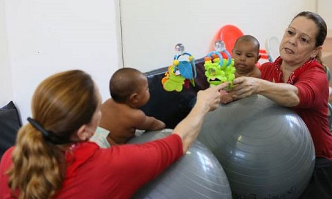 Babies with microcephaly work on their motor skills with the help of occupational therapists. PAHO/WHO H. Ruiz