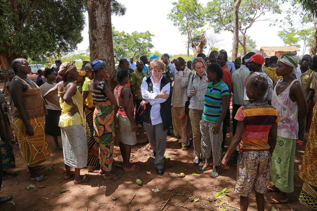 Jane Holl Lute (centre) visits Bambari, Central African Republic (CAR) in April 2016. UN Photo/Nektarios Markogiannis