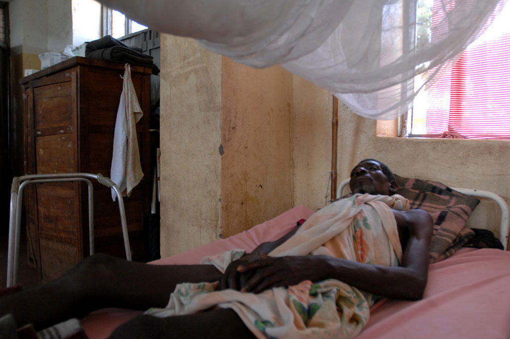 A man recovers from a gunshot wound sustained during an LRA attack on Ezo, a town in the Western Equatoria state of SouthSudan (2009).  UN Photo/Tim McKulka
