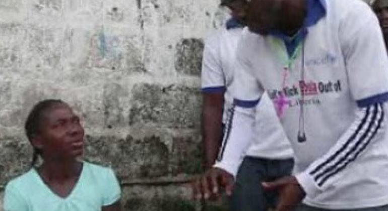 Josephine, Liberian mother speaks to a community health worker (photo