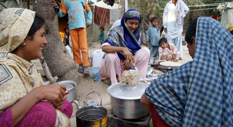 Families cook their meal in Quetta, Balochistan Province, Pakistan.