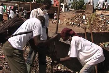 IOM's cash-for-work project with local youths in Bangui, the capital of the Central African. UNifeed/video capture
