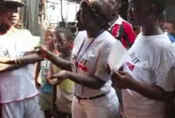Volunteers share information on Ebola and how to help prevent its spread in Sierra Leone (UNifeed video capture)
