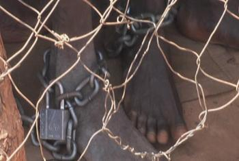 Prisoners chained feet behind fence in Nyang Prison, South Sudan. (UNifeed video capture)
