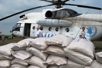 WFP delivering food assistance. Copyright: WFP/George Fominyen