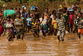 Flood victims rush to a rescue boat of the Malawi Defence Force in Makalanga.