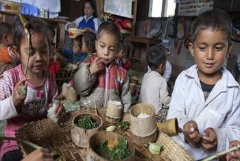Laos: nutritious meals are bringing more children to school.