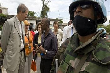Jean-Marie Guéhenno (left) speaks with a local staff member of the United Nations Stabilization Mission in Haiti (MINUSTAH). (file)