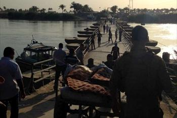 Many people were stranded for several days waiting in searing heat to cross Bzebiz bridge, the main entry point from Anbar province into Baghdad.. © UNHCR/G.Ohara