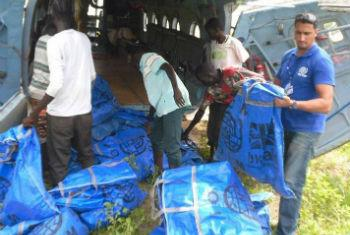 Aid workers loading a plane with survival kits for distribution in South Sudan. IOM File Photo.