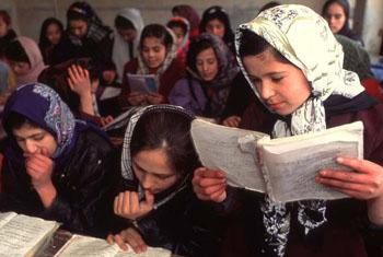 © UNESCO/Webistan Schoolgirls in a reading class, Ferdeusi school, Kabul, Afghanistan
