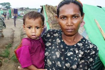A Rohingya woman and her child at a makeshift camp outside Sittwe in Myanmar's western Rakhine State. IRIN File Photo.