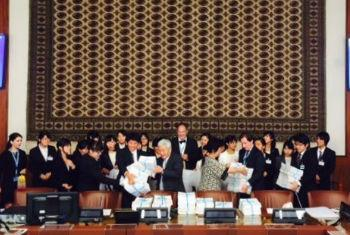 Japanese students who handed over their petition to the UN Conference on Disarmament.