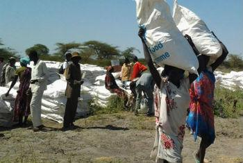 People in conflict-affected areas of South Sudan collect food from WFP.