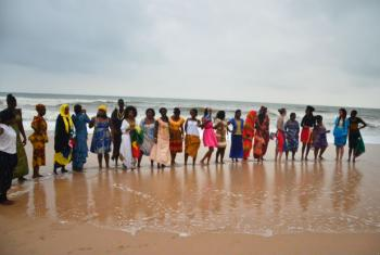 Young African women. File