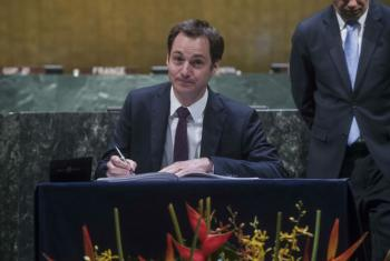 Alexander De Croo, Deputy Prime Minister of Belgium, signs the Paris Agreement.