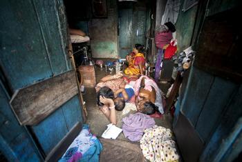 A family living in an urban slum in Sonagachi, Kolkata, India. UN File Photo/Kibae Park