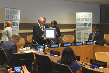 David Nabarro, the UN Special Adviser on the Sustainable Development Goals, receives a pledge of climate neutrality from FIFA Secretary-General Fatma Samoura, 8 September 2016. (