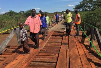 South Sudanese refugees are crossing by foot the Kibali Bridge in the Democratic Republic of the Congo (DRC). UNHCR partially rehabilitated the bridge which was in a state of disrepair in order to make possible the relocation.