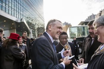 Deputy Secretary-General Jan Eliasson autographs copies of the UN Charter for those gathered to see him off.