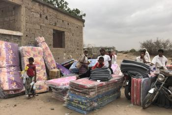 Newly displaced people from Mokha in Yemen's governorate of Taiz receive UNHCR assistance in Bayt al Faqih, in neighbouring Hudaydah governorate.