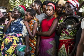 Refugees from continue to arrive in Democratic Republic of the Congo. A group of Burundian women wait for emergency food supplies to be distributed at Kamvivira transit centre. UNHCR/Eduardo Soteras Jalil