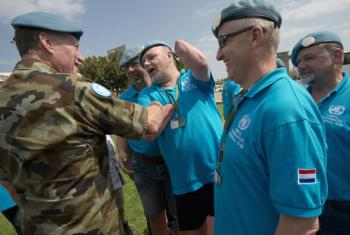 Hans Van Putten (centre) and fellow former Dutch peacekeepers greet UNIFIL Force Commander Major-General Michael Beary.