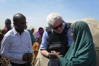 Stephen O'Brien (centre) speaks to a woman at a camp for Internally Displaced Persons in Baidoa, Somalia.