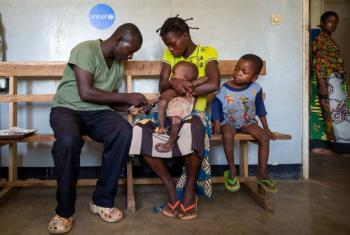 In the Democratic Republic of the Congo, a nurse from the Kabea Kamwanga hospital is treating a malnourished and malaria-infected child with medicines donated by UNICEF, on May 20th 2017. Photo/UNICEF