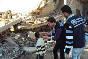 Vaccinators in the Syrian Arab Republic deliver polio vaccines to children despite conflict. Photo