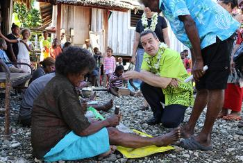 UN Women Deputy Chief Yannick Glemarec observes manufacturing of shell money-traditional currency sold at Solomon Islands' largest market in Malaita Province–site of Markets for Change project. ©UN Women/Caitlin Clifford