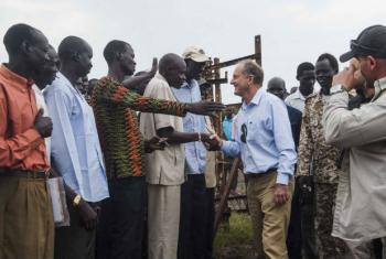 David Shearer, Special Representative of the Secretary-General and Head of the United Nations Mission in South Sudan (UNMISS), meets Akobo residents, 1 Nov 2017.