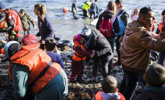 Una refugiada siria abraza a su hija momentos después de alcanzar la orilla en la isla griega de Lesbos tras cruzar el Mediterráneo desde Turquía en un bote inflable. Foto: ACNUR/Achilleas Zavallis