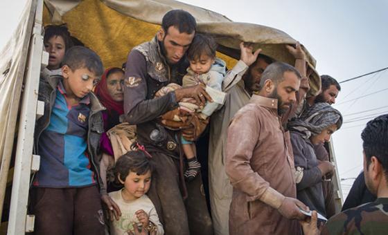 Muchas familias huyen de Mosul, donde el ejército iraquí lleva a cabo una ofensiva para recuperar el control de la ciudad de manos del ISIS. Foto de archivo: ACNUR/Ivor Prickett