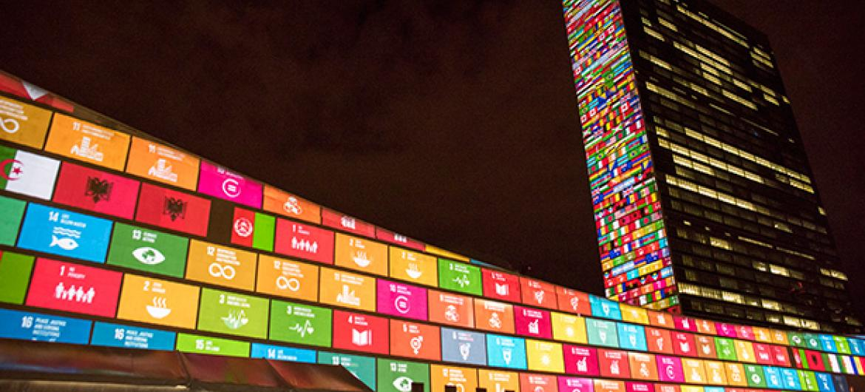 Masivo juego de luces sobre la fachada de la ONU para presentar los ODS. Foto ONU/Cia Pak.