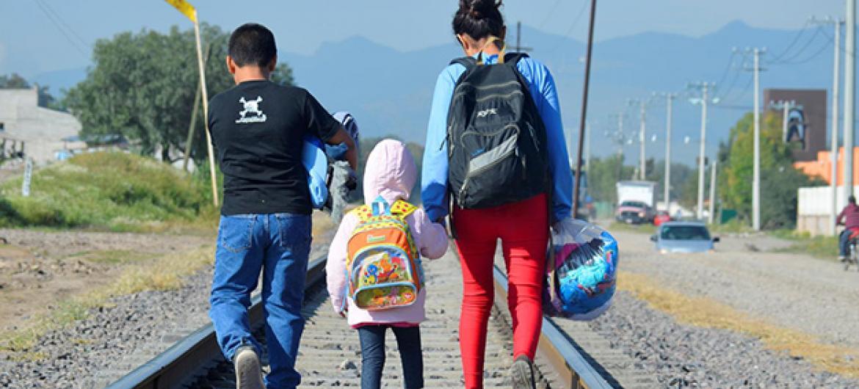 Migrante hondureña con sus hermanos en ruta hacia Estados Unidos.
