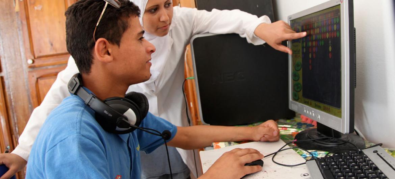 Innovadores utilizando una computadora especializada. Foto: UNICEF/Giacomo Pirozzi.