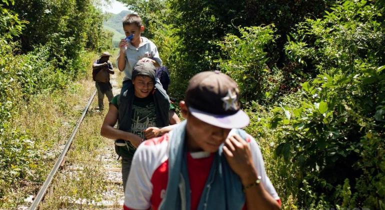 Un grupo de migrantes centroamericanos hace a pie un largo trayecto entre Arriaga (Chiapas) y Chauites (Oaxaca), que lleva entre 10 y 15 horas, en Chiapas, México.
