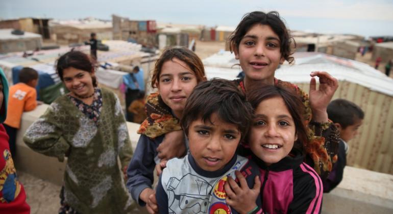 Niños refugiados sirios en un campamento al norte del Líbano cerca de la frontera con Siria.