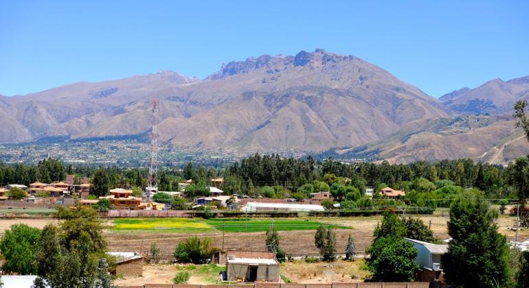 El cerro Tunari, cerca de la ciudad de Cochabamba (Bolivia), solía estar cubierto de nieve la mayor parte del año, siendo una importante fuente de agua para la población. Actualmente, sólo hay nieve unas pocas semanas al año.