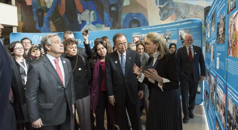 Inauguración de la exhibición HERStory. La embajadora Mejía explica al Secretario General entrante y al saliente el contenido de la muestra. Foto: ONU/Mark Garten.