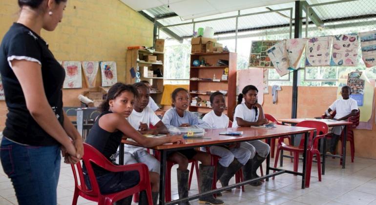 Refugiados colombianos estudian en una escuela primaria respaldada por ACNUR en Providencia, Ecuador. Foto: ACNUR/Jason Tanner