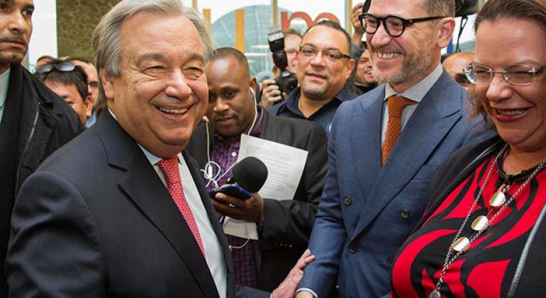 Durante su primer día de trabajo, António Guterres, el nuevo Secretario General de la ONU, saluda a los empleados de la organización. Foto: ONU/Manuel Elias