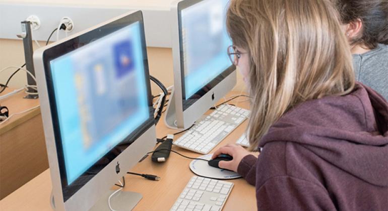 Dos usuarios navegan en internet.
