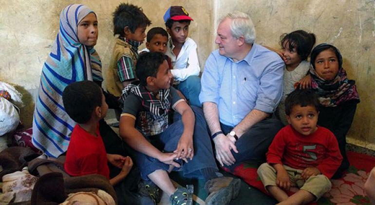 Durante una visita a Yemen este año, O'Brien habla con Marian (izquierda), de 13 años, y sus hermanos, desplazados de la ciudad de Taizz. Mariam es ahora la cabeza de familia y viven, junto a otras 17 familias, en una escuela de Ibb, Foto: OCHA/Daniel Pfi