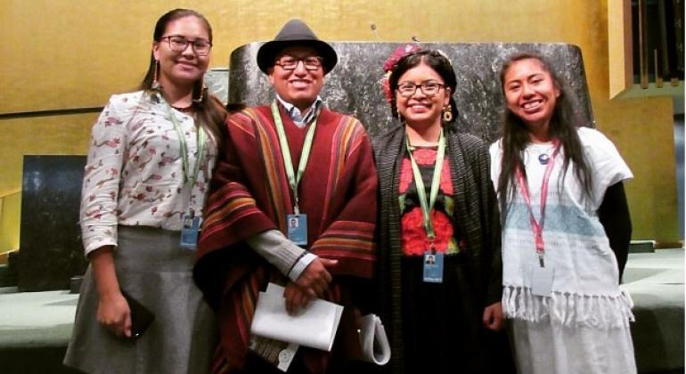 """Los jóvenes indígenas Dalí Ángel y Q""""paj Conde Choque (centro), durante su participación de la sesión 2017 del Foro Permanente de las Naciones Unidas para las Cuestiones Indígenas. Foto: Dalí Ángel"""