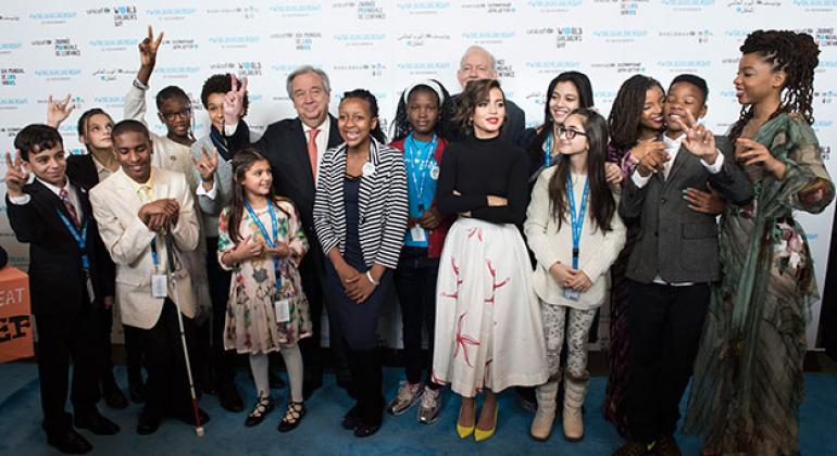 """El Secretario Genera, António Guterres, posa con algunos de los niños que """"tomaron"""" la ONU con motivo del Día Mundial de los Niños. Foto: ONU / Kim Haughton"""