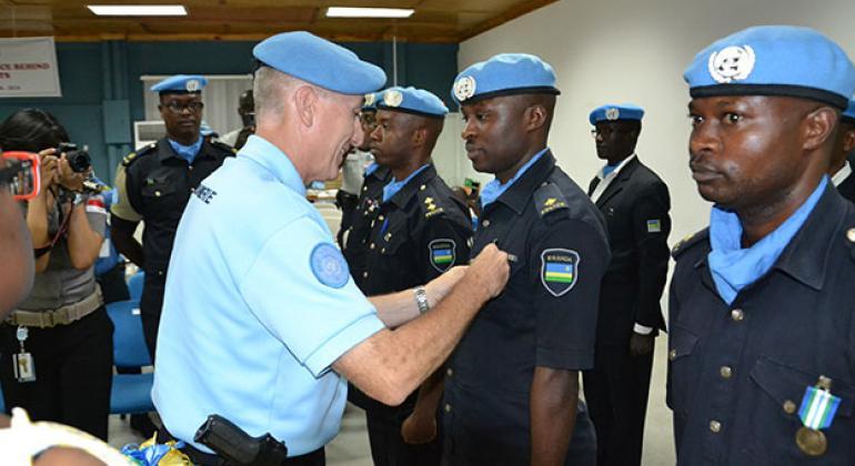 El General Georges-Pierre Monchotte con fuerzas policiales de Ruanda. Foto: UNPOL